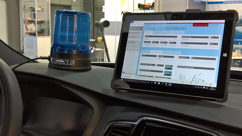 HybridForms Police App in einem Mercedes Demo-Streifenwagen